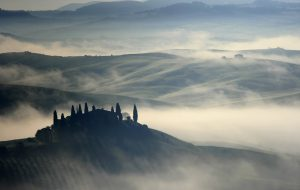tuscan-country-hills-morning-fog